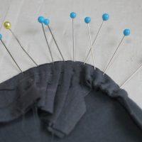 袖の丸みの待ち針とタック