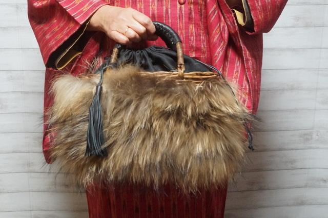 インド綿コートとファーカゴバッグ