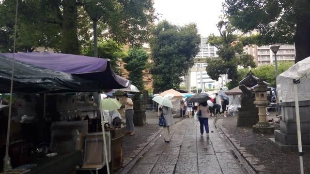 雨の骨董市参道