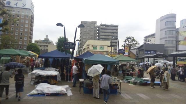 雨の大和骨董市