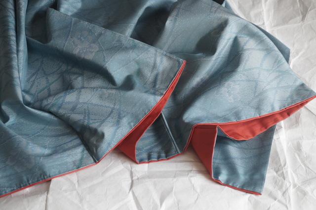 裾廻しの色