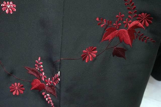 赤い刺繍の絵羽織
