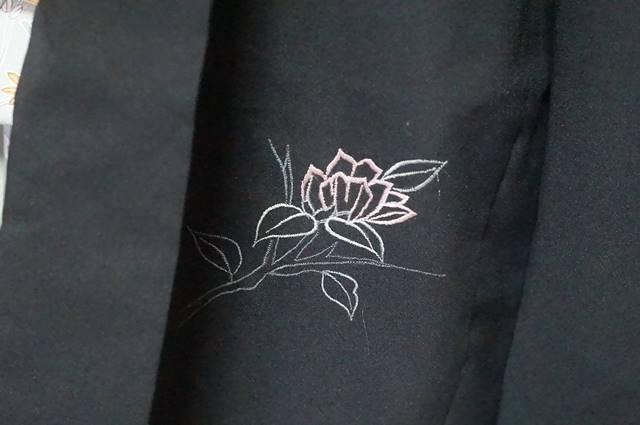 前の花刺繍